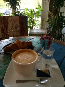 Latte et croissant à La Caféothèque